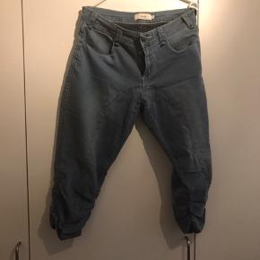 Smarte 3/4 bukser med rynke effekt på ydersiden.