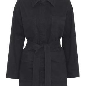 Jeg sælger denne fine jakke fra Meotine da jeg købte den forkerte størrelse. Den er derfor aldrig blevet brugt og er i perfekt stand