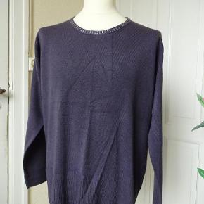 Cpm Varetype: Bluse med lange ærme samt flot hals. Farve: Blomme/sølv  Strik bluse med lange ærme samt flot hals sælges.     (BYTTER IKKE)  Brystmål: 60x2 Talje 56x2 Længde: 70 Materiale: 100 % Polyacryl