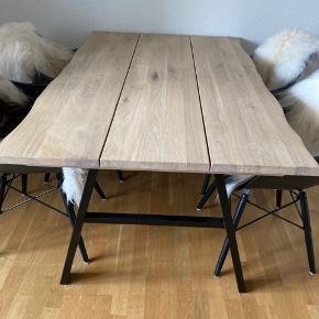 Lækkert spisebord sælges. Plads til 4 stole. Jeg har ikke mål.