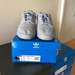 Varetype: Sneakers Størrelse: 48 Farve: Grå Kvittering haves.  Hej. Sælger hermed mine yeezy powerphase sko i str 48. Da jeg aldrig får dem brugt de er næsten som nye uden slid. 9/10 Mp 500kr