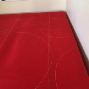 Lækkert Sengetæppe fra Hay. 100 % uld.   Størrelse 245 x 199 Passer til 3/4 mandsseng og enkelt seng.