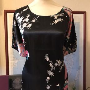 Smuk kimonokjole, der bindes sammen i taljen med et bindebånd. Satinagtigt stof.   Kan afhentes i Odense V.  Se også mine mange andre annoncer - jeg giver mængderabat 😊