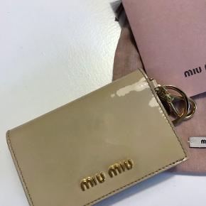 Miu Miu pung der aldrig har været i brug. Original kvittering haves og medsendes.