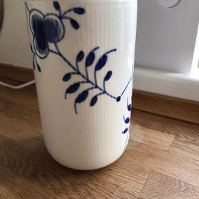 Opbevaringskrukke fra Royal Copenhagen str 115 cl /20 cm høj sælges. Den har kun været brugt til opbevaring af kaffekapsler i kort tid og fremstår i perfekt stand uden skår eller andet.  Np:899.  Kom med et seriøst bud, men sælges ikke for enhver pris.  Kan sendes på købers regning.   Der er ikke brudgaranti på den.