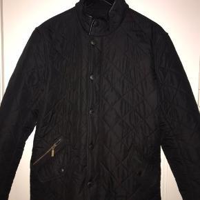 Quiltet jakke med krave i fløjl fra Barbour Lifestyle.  Modellen Powell har en lige pasform, passer til forår- og efterår, er foret med blød fleece.  Er som ny!