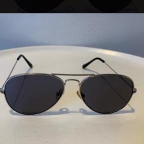 Aviator unisex solbriller 'silver' med grå farvede glas og UV fra UO. De sidste billeder er af et par jeg har brugt flere gange. Det første billeder er af de nye indpakkede & dem der sælges! Normale i str. Nypris 200,- Hvis forsendelse som brevpost via postnord er Porto 20,-