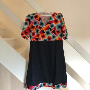 Bryst mål : ca. 50 cm. Hjemmesyet kjole