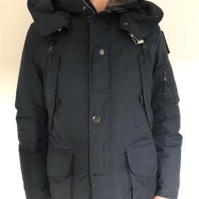 Kvalitets vinterjakke med mange fede detaljer. Ikke brugt ret meget, fremstår næsten som ny.  Hætten og foret er aftagelige.