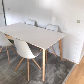 Spisebord og stole stå som nye,  Ingen tegn på slid