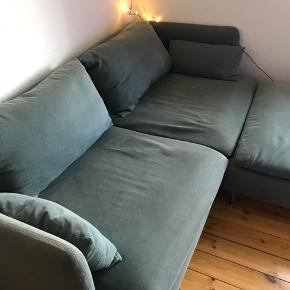 Sælger denne 3-personers sofa med puf/taburet fra IKEA med navnet Söderhamn i farven finnsta turkis.  Mål på sofa: bredde 198 cm, dybde 99 cm og siddehøjde 39 cm.  Puf/taburet mål: bredde 93 cm, dybde 93 cm og siddehøjde 40 cm.  En rigtig god 'flyder' som passer ind i de fleste hjem. Desværre har stoffet nogle misfarvninger enkelte steder som kan dækkes med ryghynderne. Der kan købes nyt betræk til sofaen i IKEA hvis det ønskes. Send pb for flere billeder ☺️ Kan afhentes af køber i næste uge efter aftale   Nypris 5200 kr.  Sælges for 2550 kr.