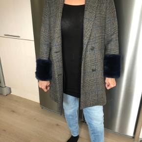 Smuk ternet frakke fra Zara med fake fur ved ærmerne. Bytter ikke. Mp 425