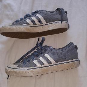 Varetype: Adidas sneakers Farve: grå-blå Prisen angivet er inklusiv forsendelse.  Flotte klassiske sneakers fra Adidas. Blevet for små. Ikke brugt meget.  Pris inkl porto.