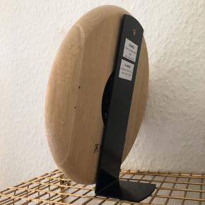 Træ ur fra Andersen Furniture med ståfod. Nypris 900kr.