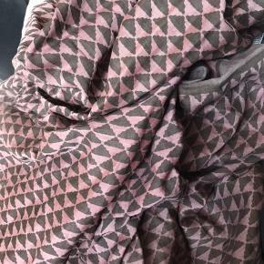 Fineste silke/bomuld sarong eller tørklæde. Farverne er olivengrøn, khaki og Rosa. Så flot. Får det bare ikke brugt.  Køber betaler Porto.