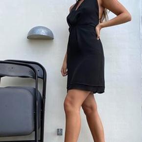 Mini-kjole med halterneck og bar ryg med detaljer.