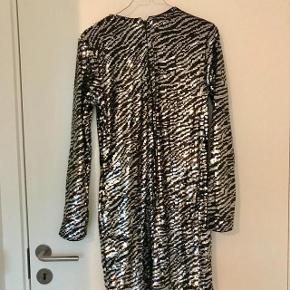 Kjolen har været brugt en gang, men i højre side foran har stoffet trukket sig lidt sammen. Ses ikke når den er på
