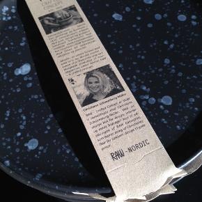 RAW Nordic stentøjstallerkener designet af Christiane Schaumburg-Muller i sorte med gråt mønster sælges samlet. 6 stk. sorte middags (28cm) og 6 stk. sorte dessert (20cm).