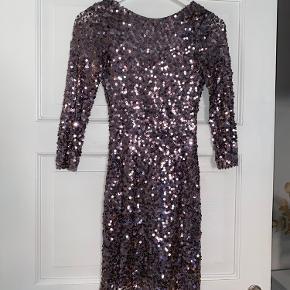 Smuk grå/lilla kjole med dyb ryg. Mærket siger S, men passer bedre til en xs eller lav person