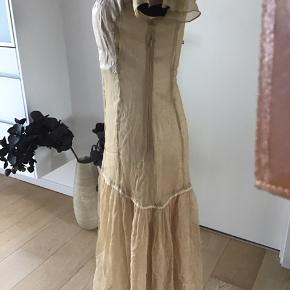 Flot kjole med underkjole og et bælte i samme farve