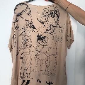 Smuk kjole i silke fra Stine Goya  Tegninger af Katrine raben Davidsen