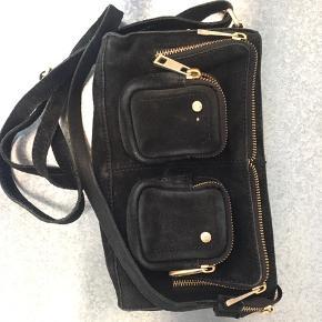 Meget fin Nunoo taske med guld lynlås. Nypris 1000kr. !BYD!