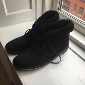 Helt nye clarks original støvler i ruskind med pæls i kanten.  Brugt to gange kort udenfor, helt som nye. Sælges desværre da de er lidt for små.  Der er allerede klippet uld sål til dem som man kan få med hvis man er interesseret i det :-)