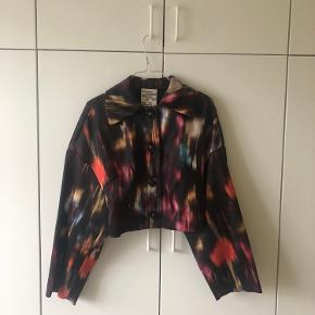 Cropped jacket with a blurred print 🚦