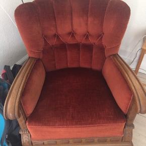 Lækker velour stol sælges i anledning af flytning. Fin stand og god at sidde i.