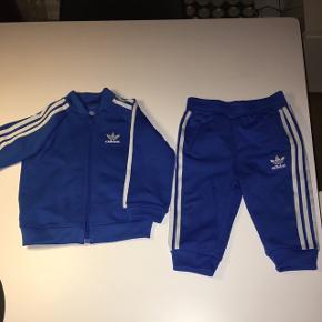 Fint blåt Adidassæt til den lille dreng 💙 Sættet er i fin kvalitet. Brugt min slet ikke slidt på nogen måde.