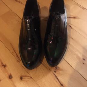 Fantastisk smukke shoe the bear sko i sort str 39,  med mørk holografisk effekt, super flotte og elegante. Sælges kun fordi de desværre er for små til mig.