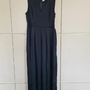 Flot lang kjole med plisse i den nederste del.