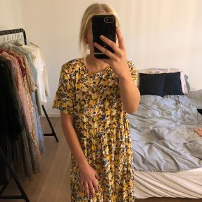 Fin lang blomstret kjole fra Vila. Str. 34, men lidt stor i størrelsen. Aldrig brugt, da den desværre er for stor til mig. BYD