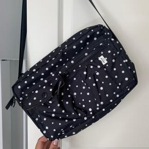 UBRUGT, FEJLKØB Sælger denne Mads Nørgaard Bel Air Dot taske, som aldrig er blevet brugt. Fremstår fuldstændig som ny!   Pris 550.- pp vis MobilePay   Køber betaler selv fragt 39.- med DAO.  Kan ellers afhentes eller beses i Slagelse.