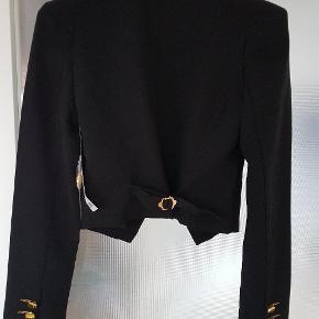 Flot kort blazerjakke med gyldne knapper.  Blazeren er aldrig blevet brugt og har stadig prismærke.