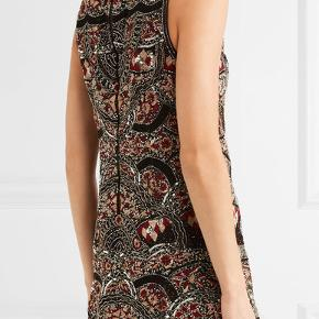 Fuldstændig fantastisk kjole fra Alice + Olivia.  Stylen hedder 'Sherley' og er en vildt smuk silke-chiffon festkjole, der er broderet med skinnende palietter og har lynlås i ryggen. Det er en str. US 4, som svarer til en dansk str. small/36. Kjolen har aldrig været brugt. Købt i Illum/København for 5.000 kr. Min pris er 900 kr.