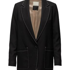Jeg sælger denne skønne blazer fra Malene Birger da jeg ikke får den brugt. Blazeren har bare hængt i mit skab og er helt ny med mærke og jeg vurdere den til at være meget normal i størrelsen.   Model: Unitai 50% Viscose, 30% Wool, 18% Polyester, 2% Elastane