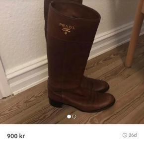 Ægte ja de er ægte ! Prada støvler købt for 4000 dk i Kassandra på tilbud nypris 6700 dk !  Sender gerne - nyforsålet og virkelig gode at gå i!  Kan prøves i Århus C  Uden fejl og mangler !  Kun seriøse henvendelser.  Realistiske bud modtages
