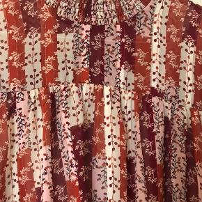 Skøn skøn bluse fra East Femme, med de flotteste farver og lidt glimmer i.