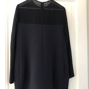 Fineste kjole med let transparent stof foroven.  Brugt men i pæn stand.  Den er blå/sort.  78 cm lang. 45 cm tværs over fra armhule til armhule.  Køber betaler Porto og gebyr.