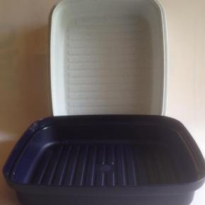 Varetype: Brødboks Størrelse: 25 x 30 cm indv. mål Farve: Blå / Hvid Oprindelig købspris: 278 kr.  Dejlig praktisk brødboks Højden er 13 cm    Sendes med DAO, hvis andet ikke er aftalt.