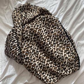 Aldrig brugt leopard tørklæde fra Zara.