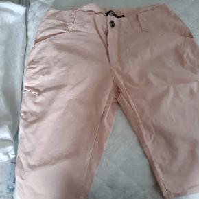 Helt nye rosa bomuldsshorts fra Sigensgaard. Shortsene har en super pasform og sidder rigtigt godt.