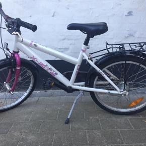"""Pige cykel 20"""", 3 gear.Begge dæk er flade, men ellers fejler den ikke noget. Godkendt lås."""