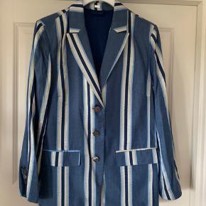 Den flotteste GUSTAV jakke/blazer sælges Den er mega blød  Har kun været brugt en enkelt gang   Sælges for kr 500,00 incl forsendelse med DAO  Betaling Mobilepay eller TS