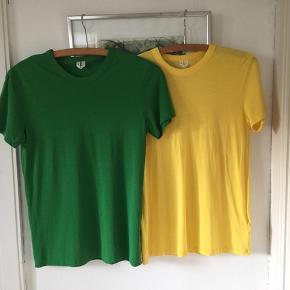 2 T-shirt fra Arket str S. Den gule er aldrig brugt og den grønne brugt en gang. Nypris 200,-/stk Pris samlet 100,- pp Bytter ikke.