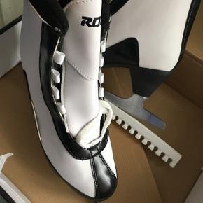Sælger de skøjter, da jeg desværre ikke har fået dem brugt efter 2 år. De er super fine, str 40, jeg bruger en 39 normalt. De kommer i kassen med håndtag og skinner til klinkerne. Nypris 400 kr.