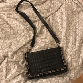 Læder taske med kæde detalje og skulder rem.