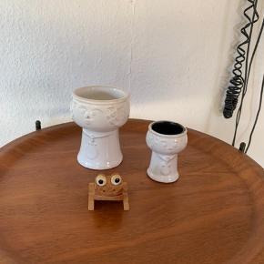 Skønt keramik pottehoved , højde 14 cm  85kr mp Og er lidt mindre pottehoved 65kr mp  Skøn gl træfrø kan bruges som huskeklemme.     45kr mp   Til salg på flere sider