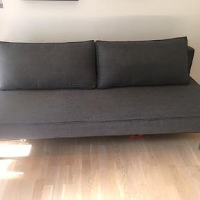 Flot og velholdt grå sovesofa fra Innovation model Sly. Ingen pletter, skrammer eller huller. Bredde 95cm, udslået 140cm. Længde 200cm. Posemagasin under sofaen til sengetøj
